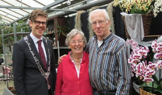 Locoburgemeester Dolf Smolenaers met het diamanten bruidspaar.