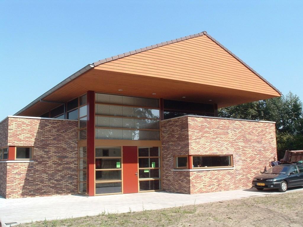 Foto uit 2005 van het Sojos-gebouw aan de Dorpswe.g [foto uit digitale verzameling van Rienk Miedema]  © De Vierklank