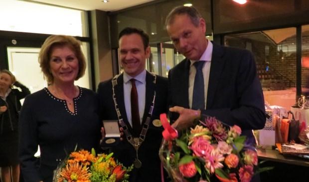 De burgemeester reikt de Chapeaupenning uit aan het echtpaar Van der Valk.
