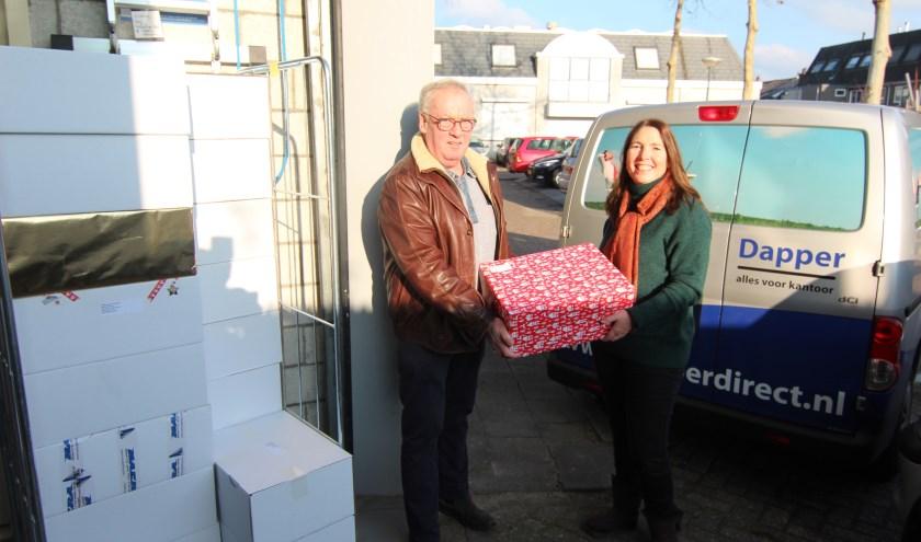 Albert Agterberg (namens Rotary De Bilt-Bilthoven) en Jolanda Verhulst (Voedselbank) bij de overdracht. [foto Henk van de Bunt]