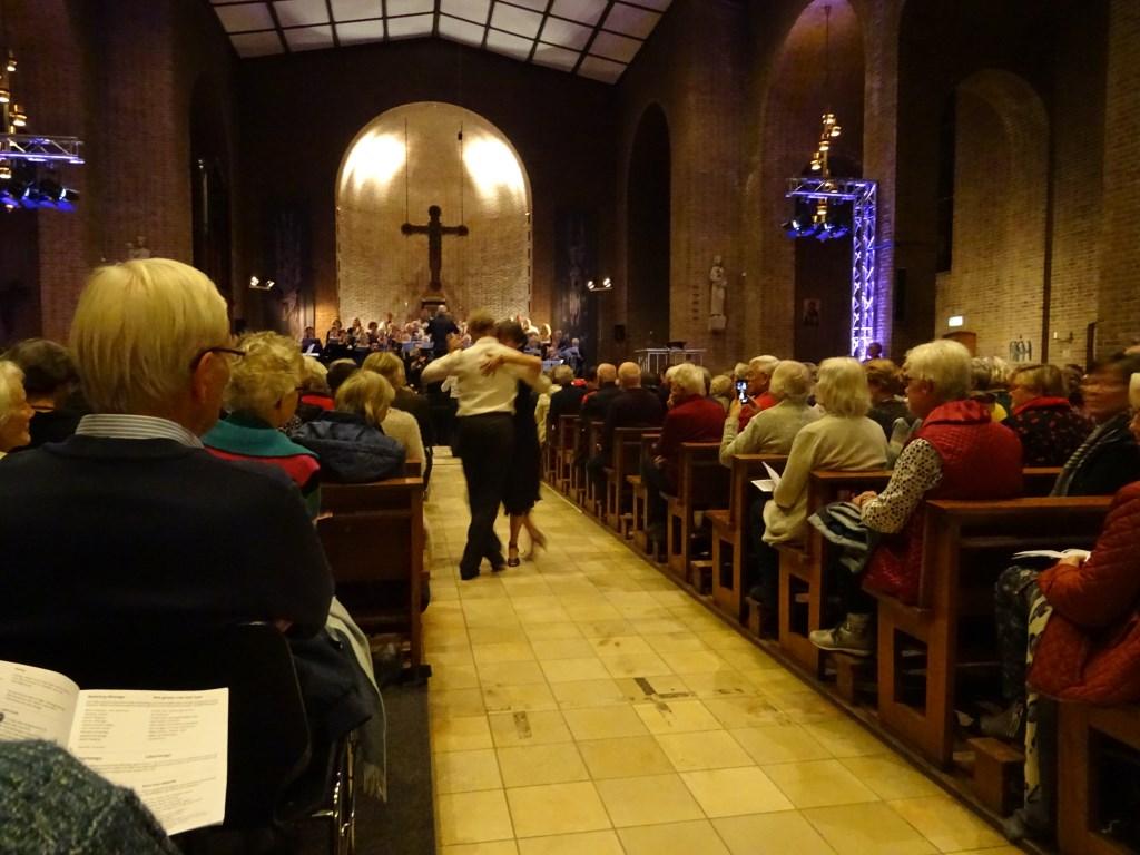 Als verrassing dansten tijdens de instrumentale uitvoering van de Libertango twee tango dansparen door de kerk.  © De Vierklank