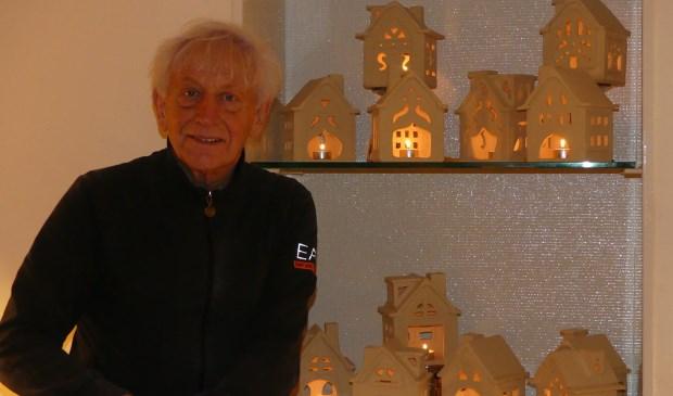 Philipp bij zijn populaire keramische huisjes.