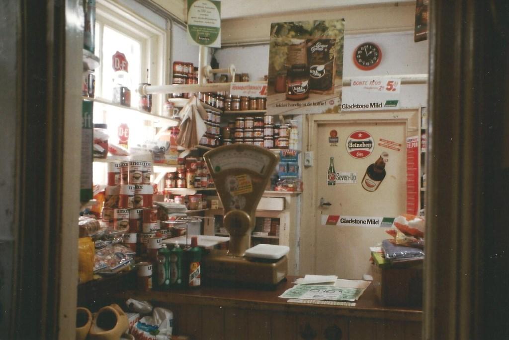De laatste foto van het interieur van het winkeltje, gemaakt door de heer A.L. Zwart.