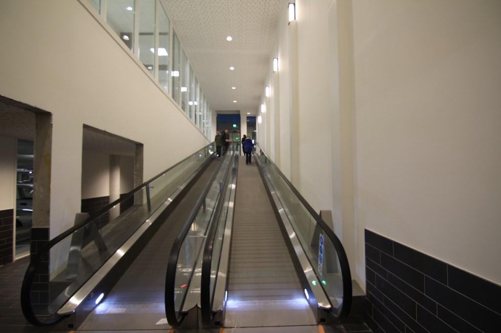 Het nieuwe gedeelte van de parkeergarage is met een roltrap verbonden met het nieuwe winkelgedeelte.