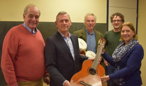 Als symbool voor muzieklessen overhandigt Rotary De Bilt een gitaar aan de Berg en Bosch school in Bilthoven .