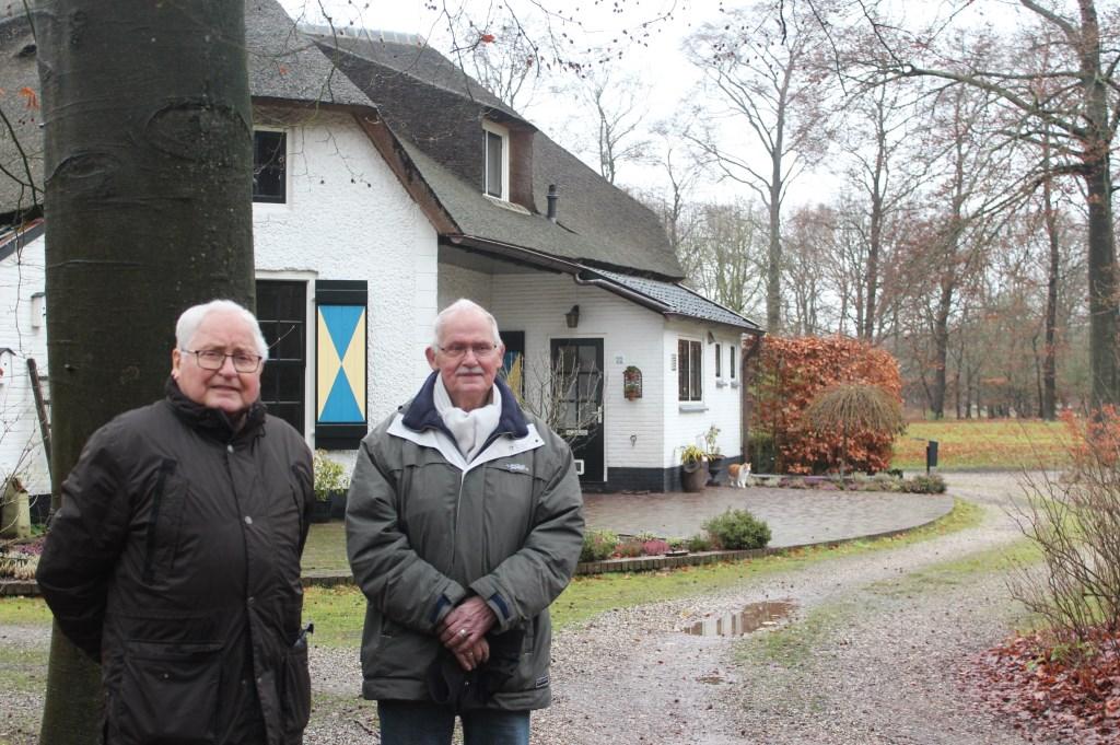 Kees en Jan Niebeek voor het huis waar zij zijn geboren.  © De Vierklank
