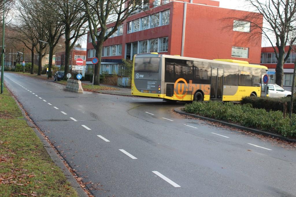 Buslijn 77 en buslijn 78 lopen in de huidige situatie volgens de route Rembrandtlaan. Door voor beide lijnen de huidige routering aan te houden is er op de Jan Steenlaan geen passerend busverkeer. Daarnaast heeft de haltering van bussen op de rijbaan een snelheid-remmend effect.   © De Vierklank