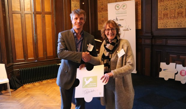 Directeur-rentmeester Saskia van Dockum overhandigt de getekende intentieverklaring aan Dirk-Siert Schoonman, voorzitter van de Biomassa Alliantie Ambassadeursgroep