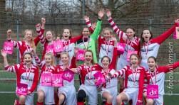 De meiden van FC De Bilt zijn blij met hun overwinning.
