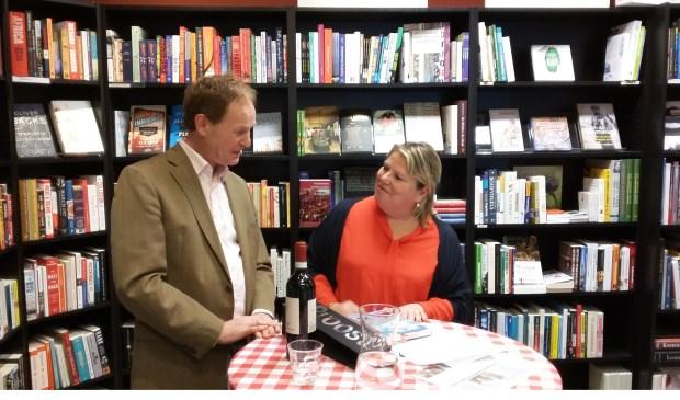 Ike Bekking bedankt schrijver/dichter Tjardus van Citters voor zijn boekpresentatie, afgelopen zondagmiddag in de Bilthovense Boekhandel.