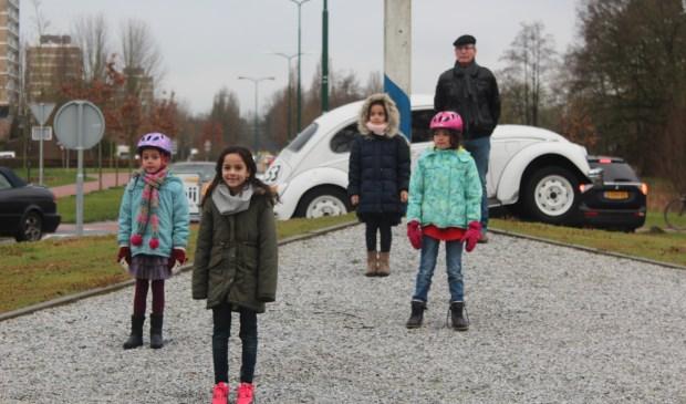 Van voor naar achter Malou, Senna, Laura en Zoë waren allen naar de rotonde op de Groenekanseweg bij het industrieterrein (een karakteristieke kleine rotonde waar het fietsverkeer in twee richtingen toegestaan is) gekomen.