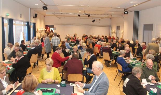 Vanaf 13.00 uur druppelden de eerste deelnemers al binnen. In de verbouwde Vierstee (toneelzaal) was er plaats voor 30 tafeltjes en 120 stoelen en deelnemers.