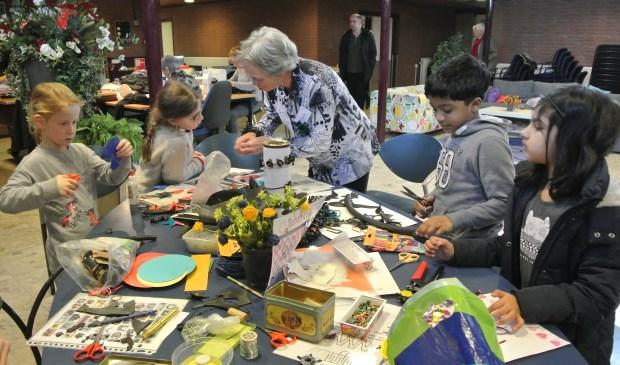 Kinderen vermaken zich uitstekend in het Repair Café en aan de knutseltafel van Truus.