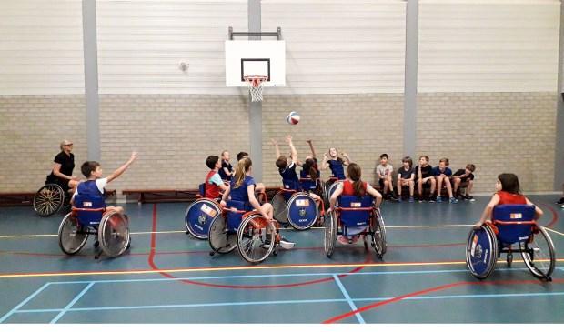 Praktisch rolstoelbasketbalonderwijs.