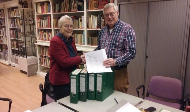 Fieke Faber overhandigt het archief aan Paul Meuwese van de Historische Kring.