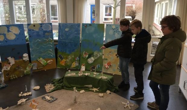 Leerlingen bekijken de MLKing versie van panorama Mesdag. Hierbij is de relatie gelegd tussen de Gouden Eeuw en de tijd waarin wij nu leven.