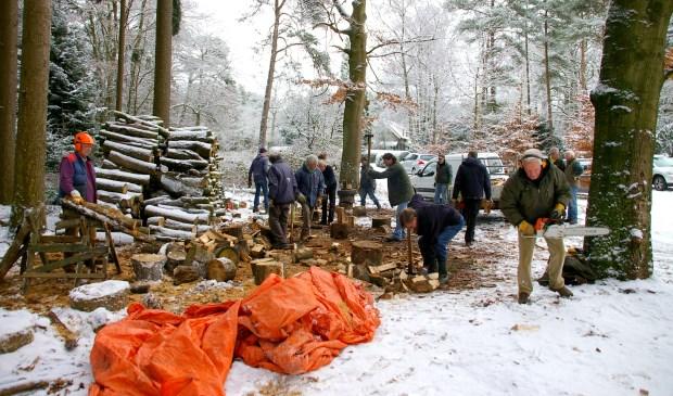 Van oktober tot en met april hakken Lions Club leden er op los bij het huis van de boswachter in het Ridderoordse Bos.