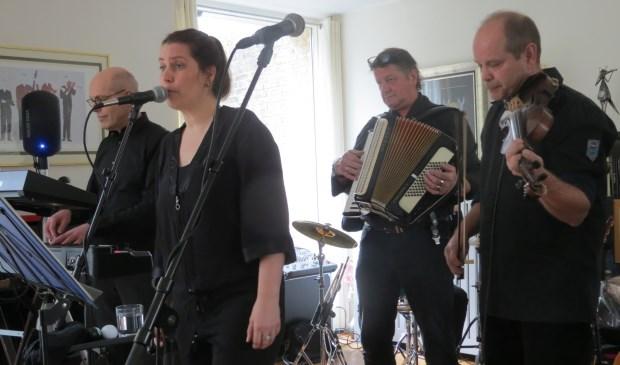 De band De Buren trad onder grote belangstelling op met minder bekende nummers van bekende artiesten in het huis van Lizzie Kronemeijer en Mark van Nesselrooij, Valklaan 6 Bilthoven. De band trad op met verrassende pareltjes van de popmuziek.      © De Vierklank