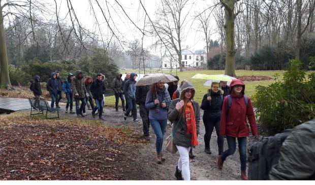 In verschillende groepen 'verkenden' de studenten het landgoed, alvorens zij hun opdracht konden uitvoeren.