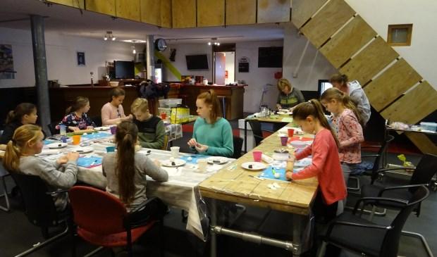 Geconcentreerd en met veel plezier werken de kinderen aan de paastaart. Iedereen wil graag een mooie taart mee naar huis nemen aan het eind van de les.