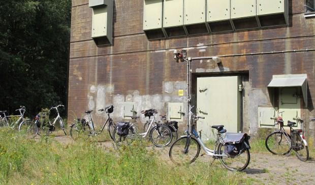 Er is onder de fietsers veel belangstelling voor deze bunker.