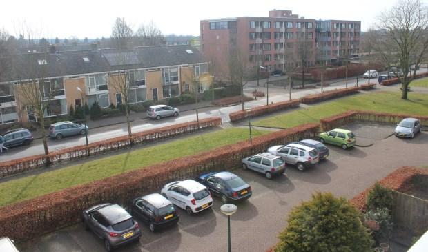 Voor de bewoners van de Vijverhof komt de inzamelcontainer aan de overzijde van de Alfred Nobellaan; deze locatie deelt men met de appartementencomplexen aan de overzijde (foto genomen vanuit het appartement van een bewoner van de Vijverhof).