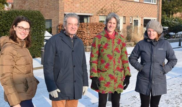 Helga Konijnenberg, wethouder Ebbe Rost van Tonningen, Tine Boerjan en Maria Boersma hopen dat meerdere wijken in gemeente De Bilt hun voorbeeld volgen