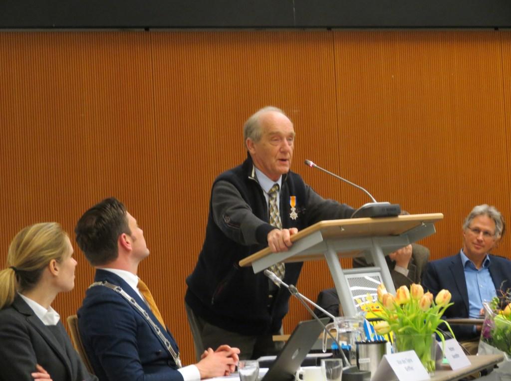Nico Jansen was blij verrast met de Koninklijke Onderscheiding en hield een dankwoord.  © De Vierklank