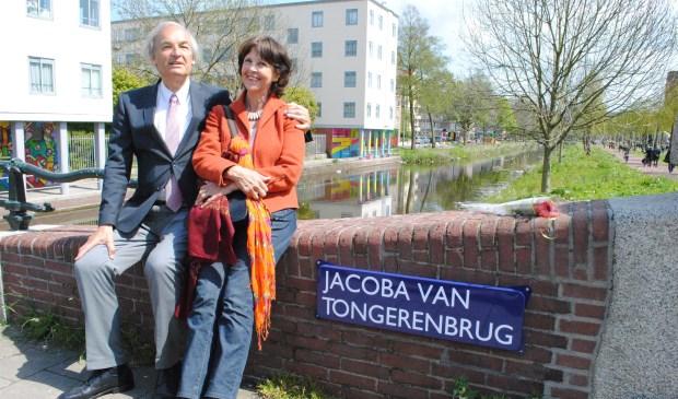Paul en Els van Tongeren op de Jacoba van Tongerenbrug: Toen men ontdekte dat vrouwen uit het verzet 'onderbelicht' waren gebleven, werden 4 mei 2016 zes bruggen in Amsterdam naar vrouwelijke verzetsstrijders genoemd.   © De Vierklank