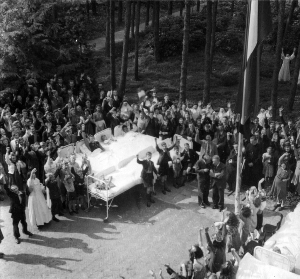Ook op sanatorium Berg en Bosch in Bilthoven werd de bevrijding gevierd.  Foto: (foto uit boek Bernard Schut) © De Vierklank