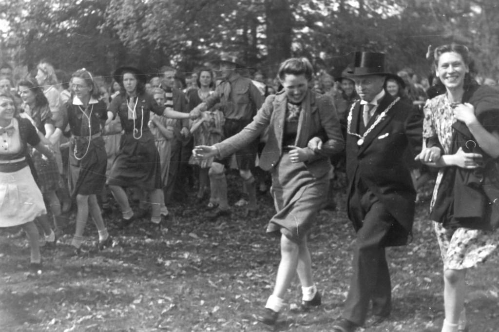 Op 8 mei 1945 was er feest voor Jagtlust. Burgemeester Van den Borch maakt een vreugdedansje met twee Biltse schonen. (foto uit boek Bernard Schut)