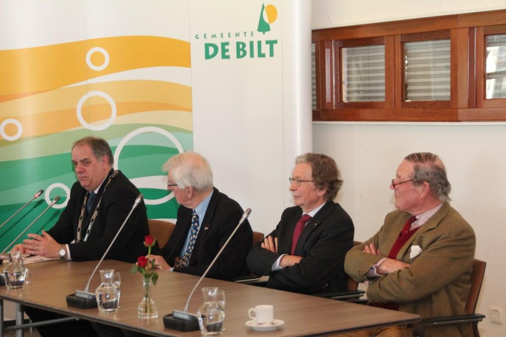 Aandacht (ook op 25 maart) voor (v.l.n.r.) wnd-burgemeester Verkerk van zijn oud-collega's Alphons Panis, Alexander Tchernoff en Peter Diepenhorst.  © De Vierklank