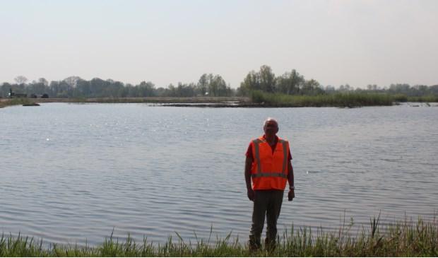 Medewerker Gerrit van Ginkel: 'Dit betreft het gedeelte van de Plas dat in het tweede gedeelte van 2018 na het vogelbroedseizoen weer wordt droog gepompt en de grond wordt geëgaliseerd.   © De Vierklank