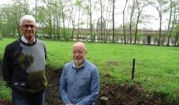 Dick Metsch (l) en Ruud Kreutzer (r) nemen het de NS kwalijk dat zonder onderlinge communicatie de bosstrook is gekapt. Waar voor de kap de parkeerplaats niet zichtbaar was is nu alle privacy verdwenen.