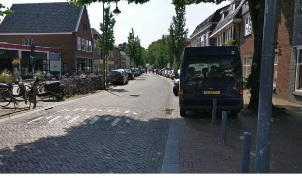In de straten van Het Oude Dorp in De Bilt geldt straks doordeweeks een blauwe zone. Ook in een zomerse weekeinde zijn (in de Dorpstraat) alle parkeerplaatsen volledig en langdurig bezet.