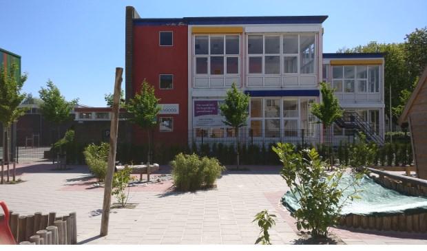 De huidige basisschool De Regenboog maakt plaats voor IKC De Regenboog. Het is maar de vraag of de realisatiedatum - 'zomer 2019' - bewaarheid kan worden.