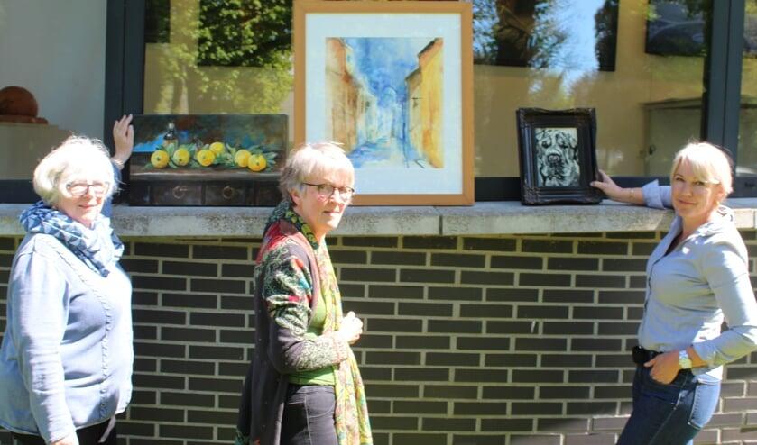 V.l.n.r. Connie van Zwetselaar, Nalima Marijke van de Beek en Natsacha van Zwieten in de buitentuin van de Traverse, waar nog een andere expositie 'loopt'.