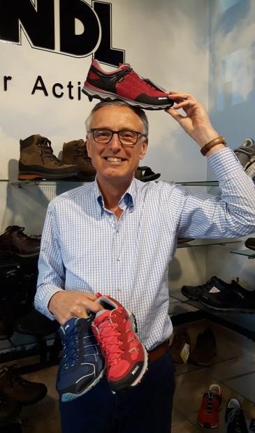'Omdat mensen steeds ouder, actiever en soms ook zwaarder worden, ontstaan in toenemende mate voetklachten en aanverwante problemen', aldus mede-eigenaar van de Beter Lopen-winkel, Paul Tap.