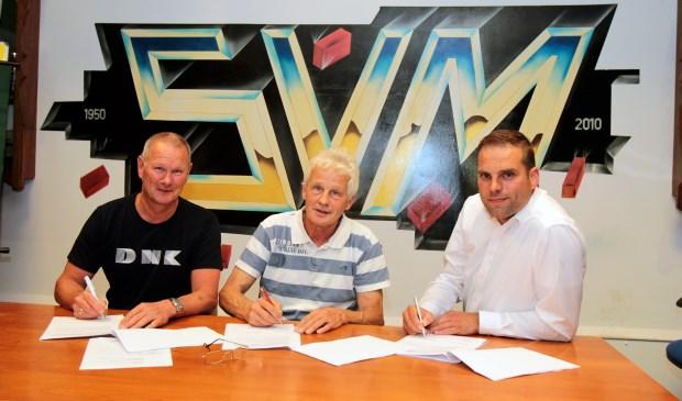Erik van Dijk (Tempo Tempo Print), Frans Bakker (bestuurslid SVM)  en Raymond Mulder (JAKO) ondertekenen de overeenkomst.