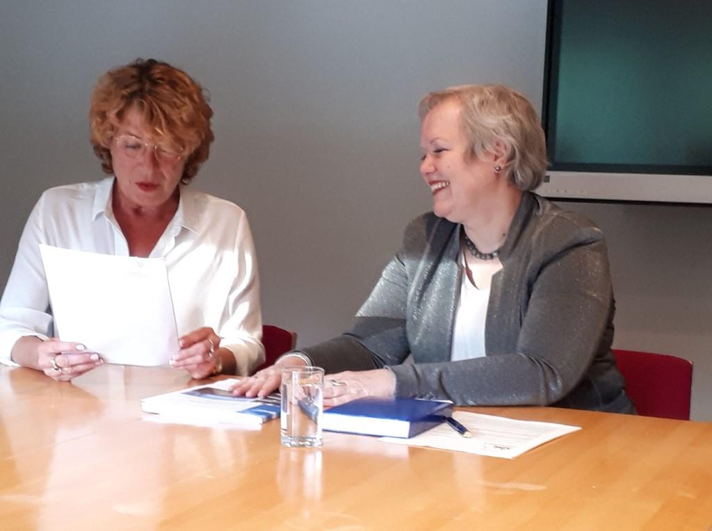 Voorzitter Adviesgroep Marion van der Voort (l) overhandigt Karen Heerschop (GNR) het unanieme advies.  © De Vierklank