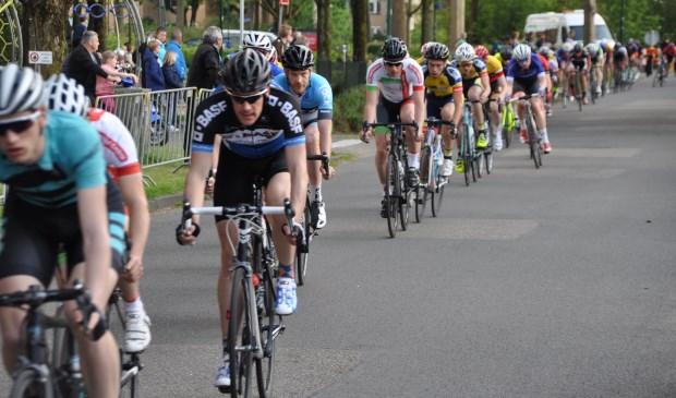 Komende zaterdag trekt weer een lang gerekt lint wielrenners door de straten van Maartensdijk tijdens de jaarlijkse wielerronde.  © De Vierklank