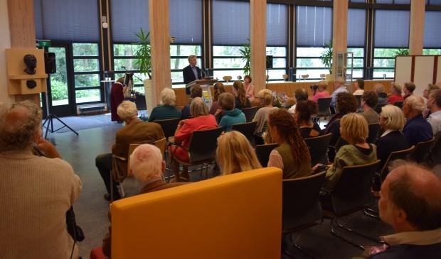Wethouder Hans Mieras opent deze mooie en bijzondere expositie in de Mathildezaal van het gemeentehuis.