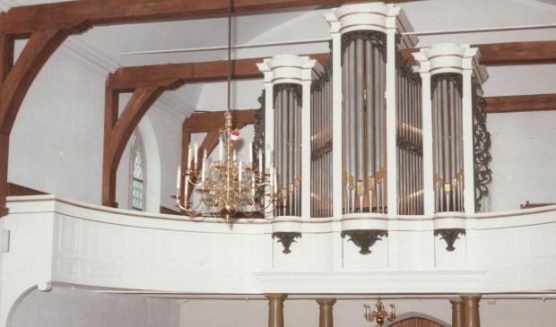 In 1845 werd dit orgel gebouwd; een vijfdelig front met drie ronde torens en licht gebogen horizontaal gedeelde tussenvelden