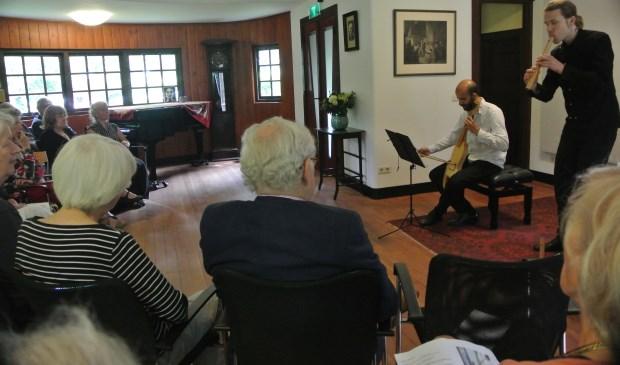 De jonge musici spelen oude muziek met bijzondere overgave.