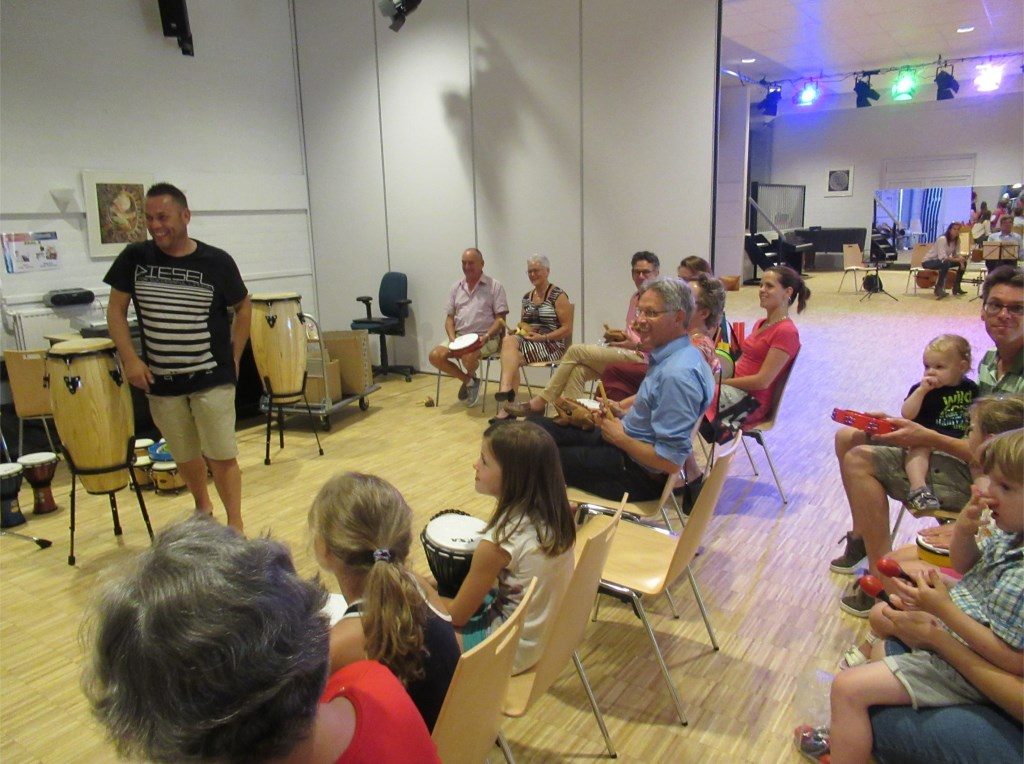 Kunstwethouder Hans Mieras en Kunstenhuisdirecteur Rob Schouw volgen een workshop.