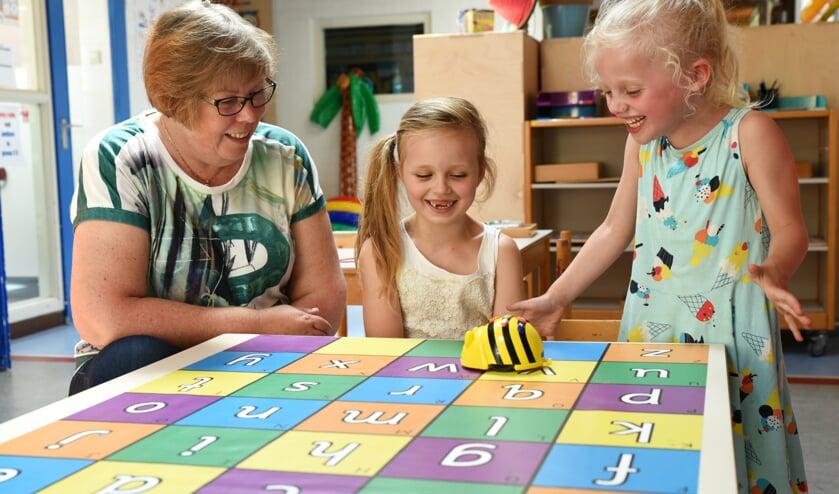 Kinderen leren vanaf groep 1 al spelenderwijs programmeren met de Bee-Bot.