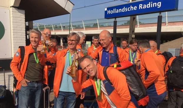 Bij terugkeer op het station werden de mannen door het 'Support-team' onthaald met bier en bitterballen; de medailles waren in Wales al omgehangen.