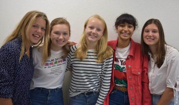 Alle derde klassers van het HNL proberen hun school droog te houden in de toekomst, met v.l.n.r. Feline Mooren, Estèle van de Berg, Emma van de Meer, Bente Benek en Sophie van de Heuvel.
