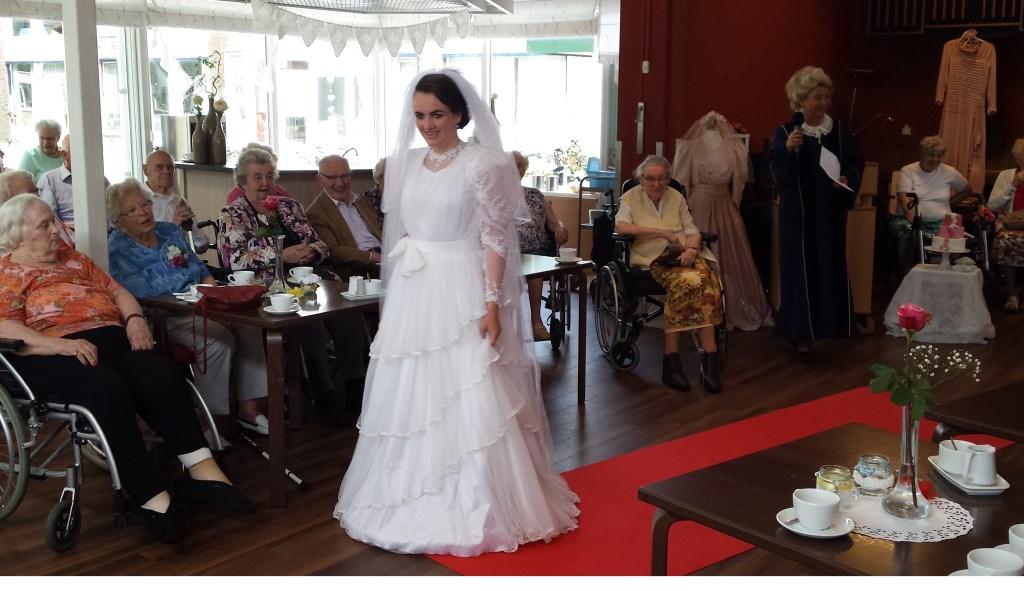 Bewoners van d'Amandelboom genieten van de bruidsmodeshow.  © De Vierklank
