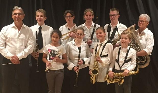 Het leerlingenorkest van muziekvereniging Kunst en Genoegen verzorgt een grote bijdrage aan het jubileumprogramma. Links dirigent John Leenders en rechts Frieda de Graaf die het leerlingenorkest muzikaal ondersteunt met de bariton.